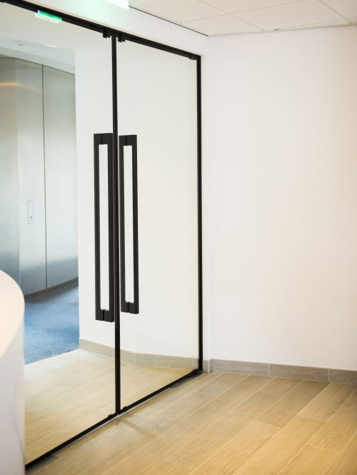 Ironmongery & Frameless Fire Rated Doors | Products | IQ Glass